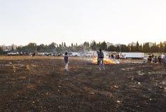 RISHON LE ZION, ΙΣΡΑΗΛ 11 ΜΑΐΟΥ 2017: Παιδιά δημοτικών σχολείων στις εορταστικές φωτιές Baomer καθυστερήσεων Rishon LE Zion, Ισρα Στοκ φωτογραφία με δικαίωμα ελεύθερης χρήσης