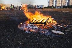 RISHON LE ZION, ΙΣΡΑΗΛ 11 ΜΑΐΟΥ 2017: Παιδιά δημοτικών σχολείων στις εορταστικές φωτιές Baomer καθυστερήσεων Rishon LE Zion, Ισρα Στοκ Εικόνες