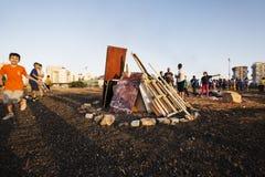 RISHON LE ZION, ΙΣΡΑΗΛ 11 ΜΑΐΟΥ 2017: Παιδιά δημοτικών σχολείων στις εορταστικές φωτιές Baomer καθυστερήσεων Rishon LE Zion, Ισρα Στοκ Φωτογραφία