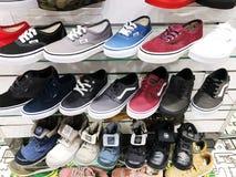 RISHON LE ZION, ΙΣΡΑΗΛ 12 ΦΕΒΡΟΥΑΡΊΟΥ 2018: Πάνινα παπούτσια στα διαφορετικά χρώματα που πωλούνται σε ένα κατάστημα πολυτέλειας Στοκ Φωτογραφία