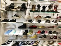 RISHON LE ZION, ΙΣΡΑΗΛ 12 ΦΕΒΡΟΥΑΡΊΟΥ 2018: Πάνινα παπούτσια στα διαφορετικά χρώματα που πωλούνται σε ένα κατάστημα πολυτέλειας Στοκ φωτογραφία με δικαίωμα ελεύθερης χρήσης