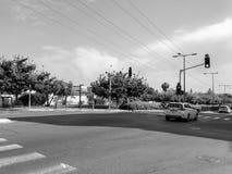 RISHON LE ZION, ISRAËL - APRIL 30, 2018: Auto's op de weg op een zonnige dag in Rishon Le Zion, Israël Stock Foto's