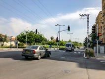 RISHON LE ZION, ISRAËL - 30 AVRIL 2018 : Voitures sur la route un jour ensoleillé en Rishon Le Zion, Israël Image stock