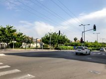 RISHON LE ZION, ISRAËL - 30 AVRIL 2018 : Voitures sur la route un jour ensoleillé en Rishon Le Zion, Israël Photographie stock