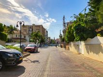 RISHON LE ZION, ISRAËL - 30 AVRIL 2018 : Voitures sur la route un jour ensoleillé en Rishon Le Zion, Israël Photo stock