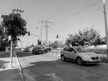 RISHON LE ZION, ISRAËL - 30 AVRIL 2018 : Voitures sur la route un jour ensoleillé en Rishon Le Zion, Israël Images stock