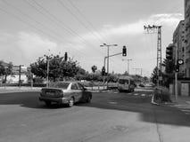 RISHON LE ZION, ISRAËL - 30 AVRIL 2018 : Voitures sur la route un jour ensoleillé en Rishon Le Zion, Israël Photo libre de droits