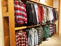 RISHON LE ZION, ISRAËL 29 DÉCEMBRE 2017 : À l'intérieur du magasin d'habillement au magasin d'Azrieli en Rishon Le Zion Images stock