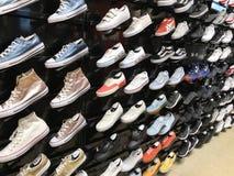 RISHON LE ZION, ISRAËL 17 DÉCEMBRE 2017 : Image des étagères du magasin avec des chaussures de sports photographie stock