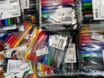 RISHON LE ZION, ISRAËL 16 DECEMBER, 2017: De gekleurde pennen worden verkocht in de opslag voor tekening Verschillend kleurenclos Royalty-vrije Stock Foto's