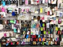 RISHON LE ZION, ISRAËL 29 DECEMBER, 2017: De gevallen voor telefoons worden verkocht op de opslagbank Royalty-vrije Stock Fotografie