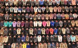 RISHON LE ZION, ISRAËL 29 DECEMBER, 2017: Diverse types en merken van kleurrijke pantoffels bij de vertoning van de supermarktpla Stock Afbeeldingen