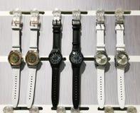 RISHON LE ZION, ISRAËL 29 DECEMBER, 2017: Horlogeklokken in een opslag worden blootgesteld die Royalty-vrije Stock Foto's