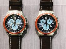 RISHON LE ZION, ISRAËL 29 DECEMBER, 2017: Horlogeklokken in een opslag worden blootgesteld die Stock Afbeelding