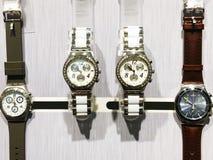 RISHON LE ZION, ISRAËL 29 DECEMBER, 2017: Horlogeklokken in een opslag worden blootgesteld die Royalty-vrije Stock Fotografie