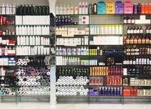 RISHON LE ZION, ISRAËL 29 DECEMBER, 2017: Skincare en cosmetischee producten op vertoning in een warenhuis Royalty-vrije Stock Foto's