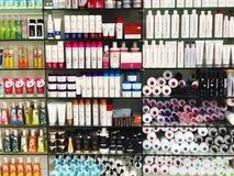 RISHON LE ZION, ISRAËL 29 DECEMBER, 2017: Skincare en cosmetischee producten op vertoning in een warenhuis Stock Foto