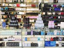 RISHON LE ZION, ISRAËL 29 DECEMBER, 2017: Skincare en cosmetischee producten op vertoning in een warenhuis Royalty-vrije Stock Afbeeldingen