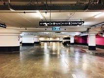 RISHON LE ZION, ISRAËL 3 JANUARI, 2018: Het binnenland van de parkerengarage ondergronds, neonlichten in de donkere industriële b Stock Foto