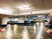 RISHON LE ZION, ISRAËL 3 JANUARI, 2018: Het binnenland van de parkerengarage ondergronds, neonlichten in de donkere industriële b Royalty-vrije Stock Fotografie