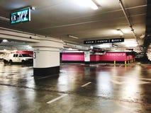 RISHON LE ZION, ISRAËL 3 JANUARI, 2018: Het binnenland van de parkerengarage ondergronds, neonlichten in de donkere industriële b Stock Foto's