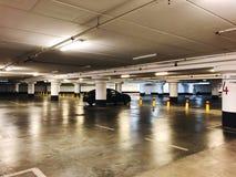 RISHON LE ZION, ISRAËL 3 JANUARI, 2018: Het binnenland van de parkerengarage ondergronds, neonlichten in de donkere industriële b Royalty-vrije Stock Afbeelding