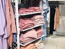 RISHON LE ZION, ISRAËL 12 JANVIER 2018 : À l'intérieur du magasin d'habillement au magasin en Rishon Le Zion Photos libres de droits