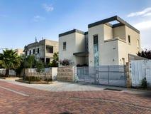 RISHON LE ZION, ISRAEL - 30 DE ABRIL DE 2018: Casas modernas privadas com a cerca branca grande na rua em Rishon LeZion, Israel Foto de Stock