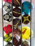 RISHON LE ZION, ISRAEL 27 DE ABRIL DE 2018: Porciones de fútboles coloridos de los niños en la tienda en Rishon Le Zion, Israel Fotos de archivo libres de regalías