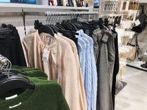 RISHON LE ZION, ISRAEL 17 DE DEZEMBRO DE 2017: Dentro da loja de roupa no armazém de Azrieli em Rishon Le Zion Imagem de Stock