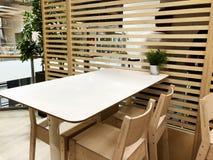 RISHON LE ZION, ISRAEL 16 DE DICIEMBRE DE 2017: café con la pared de madera y las tablas de madera con las sillas de madera Imagen de archivo libre de regalías