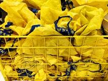 RISHON LE ZION, ISRAEL 16 DE DICIEMBRE DE 2017: Panieres amarillos en el carro de la compra para los compradores Foto de archivo