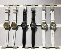 RISHON LE ZION, ISRAEL 29 DE DICIEMBRE DE 2017: Relojes del reloj expuestos en una tienda fotos de archivo libres de regalías