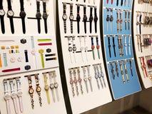 RISHON LE ZION, ISRAEL 29 DE DICIEMBRE DE 2017: Relojes del reloj expuestos en una tienda foto de archivo libre de regalías