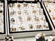 RISHON LE ZION, ISRAEL 3 DE ENERO DE 2018: anillos de oro con las piedras grandes hermosas en la exposición en la joyería Imagen de archivo libre de regalías