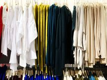 RISHON LE ZION, ISRAEL 12 DE JANEIRO DE 2018: Dentro da loja de roupa no armazém em Rishon Le Zion Fotografia de Stock Royalty Free