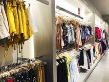 RISHON LE ZION, ISRAEL 12 DE JANEIRO DE 2018: Dentro da loja de roupa no armazém em Rishon Le Zion Foto de Stock Royalty Free