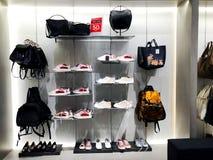 RISHON LE ZION, ISRAEL 12 DE JANEIRO DE 2018: Dentro da loja de roupa no armazém em Rishon Le Zion Imagem de Stock