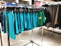 RISHON LE ZION, ISRAEL 12 DE JANEIRO DE 2018: Dentro da loja de roupa no armazém em Rishon Le Zion Foto de Stock