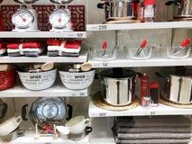 RISHON LE ZION, ISRAEL 3 DE JANEIRO DE 2018: Utensílios da cozinha na cozinha do boudin no estilo diário na cozinha Imagem de Stock Royalty Free