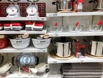 RISHON LE ZION, ISRAEL 3 DE JANEIRO DE 2018: Utensílios da cozinha na cozinha do boudin no estilo diário na cozinha Imagens de Stock