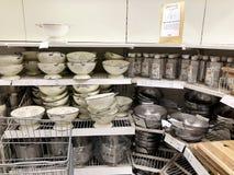 RISHON LE ZION, ISRAEL-DECEMBER 16, 2017: Den olika köksgerådet säljs i lagret Arkivbilder