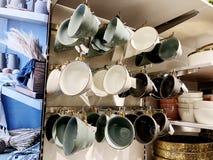 RISHON LE ZION, ISRAEL DECEMBER 17, 2017: En uppsättning av olika färgkoppar för te säljs på lagerhyllor Arkivbild