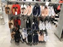 RISHON LE ZION, ISRAEL DECEMBER 17, 2017: Många olika par av gymnastikskor i ett lager den isolerade skodonidrottshallen shoes sp Royaltyfria Bilder