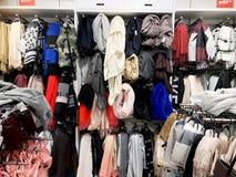 RISHON LE ZION, ISRAEL DECEMBER 17, 2017: Modern kläder i en shoppa på en hängare Royaltyfri Foto
