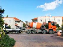 RISHON LE ZION, ISRAEL December 4, 2018: Orange lastbil för konkret blandare på stadsgatan i Rishon Le Zion, Israel royaltyfria bilder