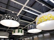 RISHON LE ZION, ISRAEL DECEMBER 16, 2017: Stora lampljuskronor i lagret Dekorativa lampor Arkivbild