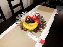 Rishon Le Zion, Israel - 16. Dezember 2017: Bananen, Granatäpfel, Pfirsiche liegen auf einer Platte auf dem Tisch Lizenzfreies Stockfoto