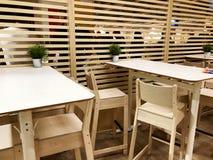 RISHON LE ZION, ISRAEL 16. DEZEMBER 2017: Café mit hölzerner Wand und Holztischen mit Holzstühlen Stockbilder