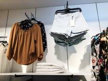 RISHON LE ZION, ISRAEL FEBRUARI 12, 2018: Modern kläder i en shoppa på en hängare Royaltyfri Bild